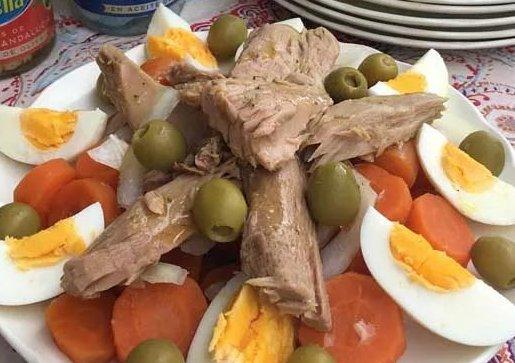 Thunfischsalat klassisch mit Ei und Oliven
